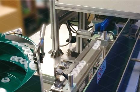 パーツフィーダーで小物部品を回転インデックステーブルへ自動供給可能